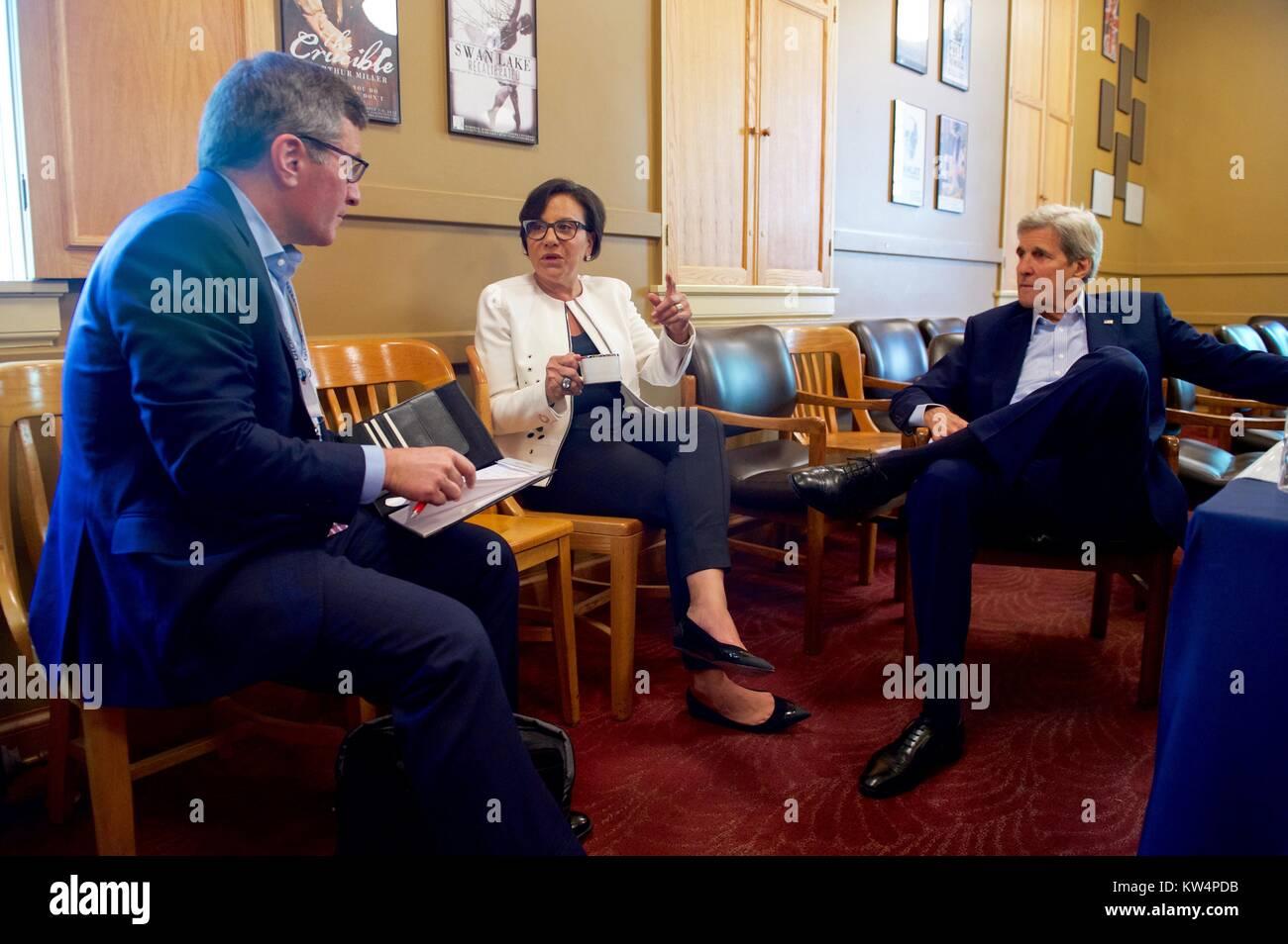 le secretaire d etat americain john kerry s exprimant avec le secretaire du commerce penny pritzker et sous secretaire d etat aux affaires economiques et