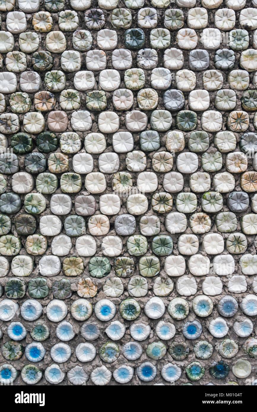 https www alamyimages fr photo image recyclage de bouteilles les bouteilles en plastique qui ont ete fixes dans le beton pour former un mur de bouteille 172138312 html