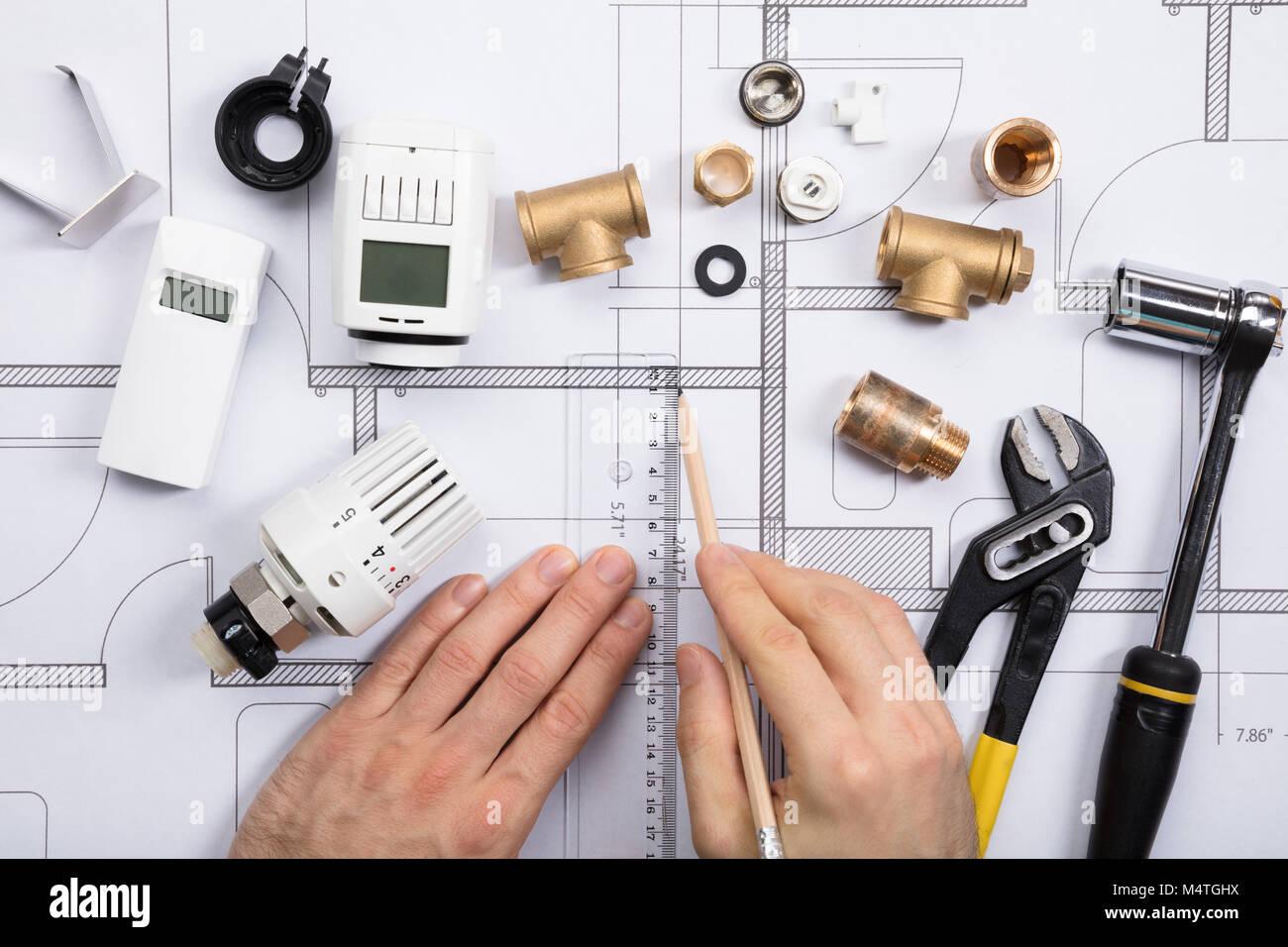 https www alamyimages fr photo image portrait de l architecte plan de dessin avec thermostat et d outils de travail sur les bleus 175102198 html