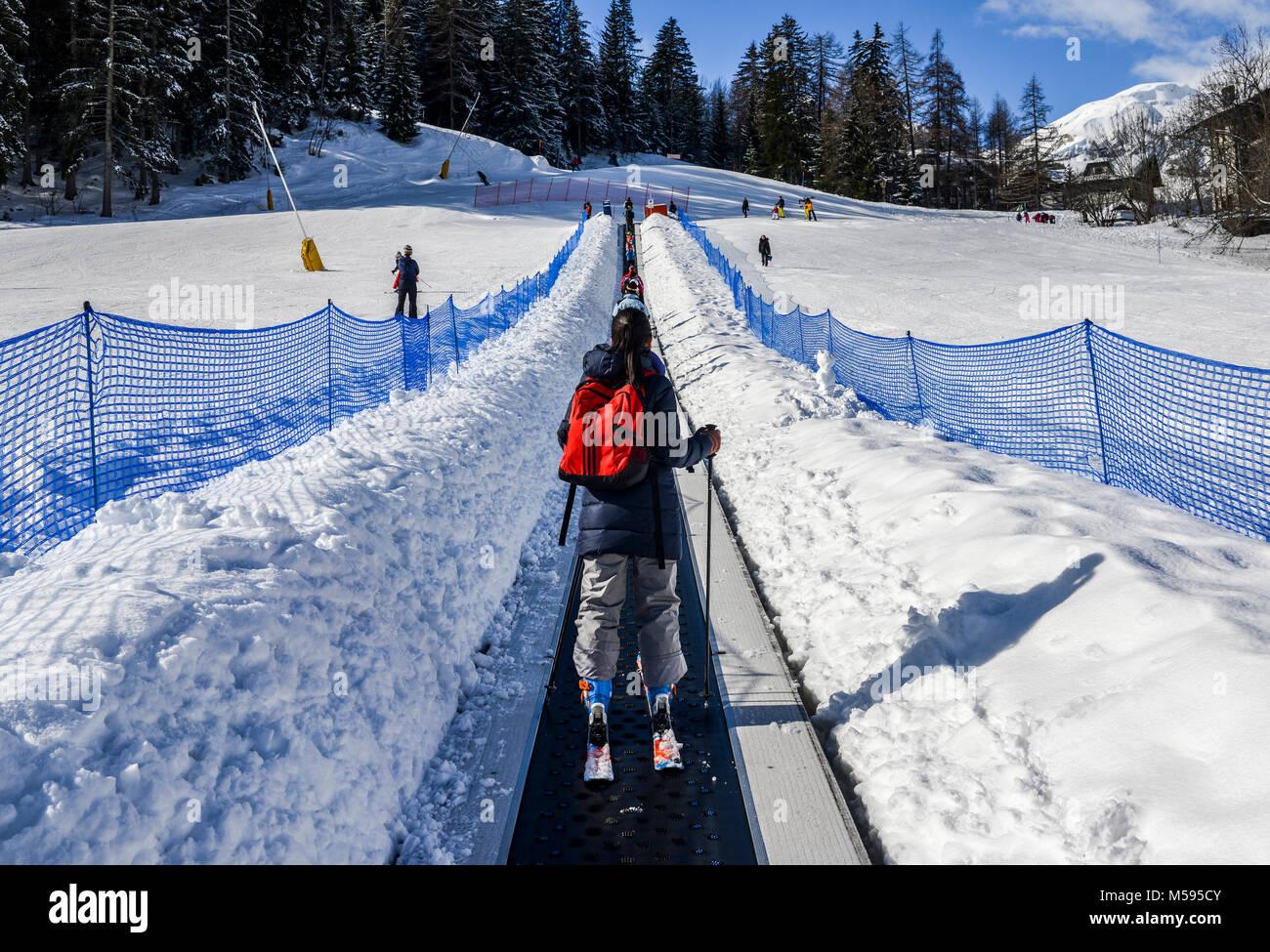 https www alamyimages fr photo image la thuile italie fevrier 18 2018 montant tapis roulant pour les debutants un terme pour les enfants et les parents dans station de ski avec des montagnes en arriere plan 175378811 html