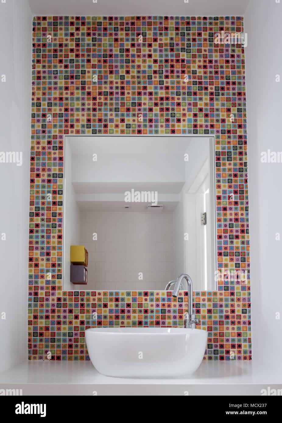 Lavabo Salle De Bains Avec Carreaux En Pate De Verre Coloree Et Miroir Encadre Dans Les Tuiles Photo Stock Alamy