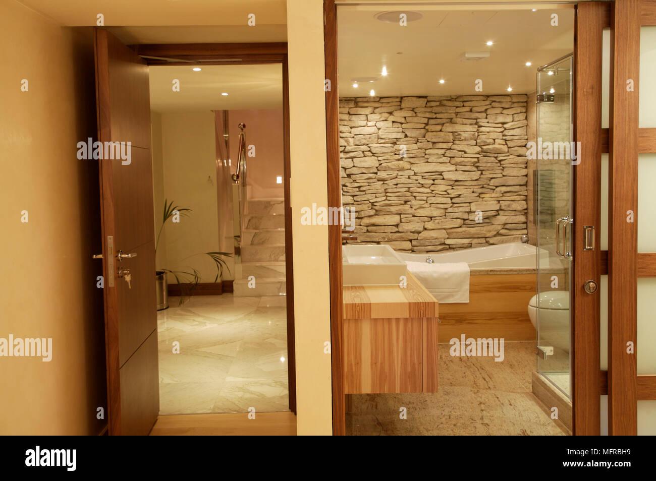 https www alamyimages fr salle de bains avec mur en pierres apparentes et d unites de bois nu image181837525 html