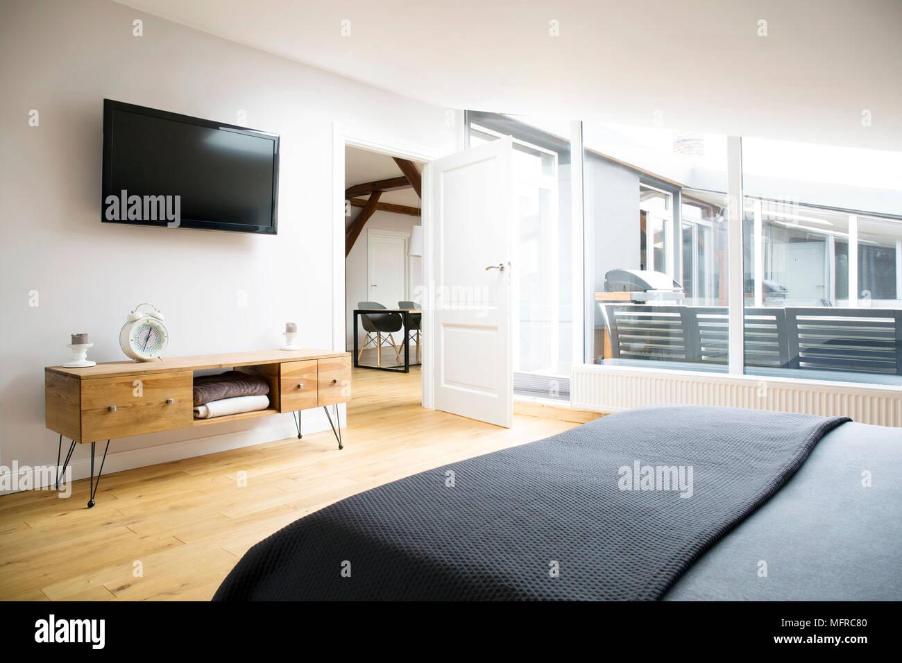 https www alamyimages fr vue laterale de l interieur chambre a coucher avec tv armoire en bois et grande fenetre dans l appartement image181838048 html