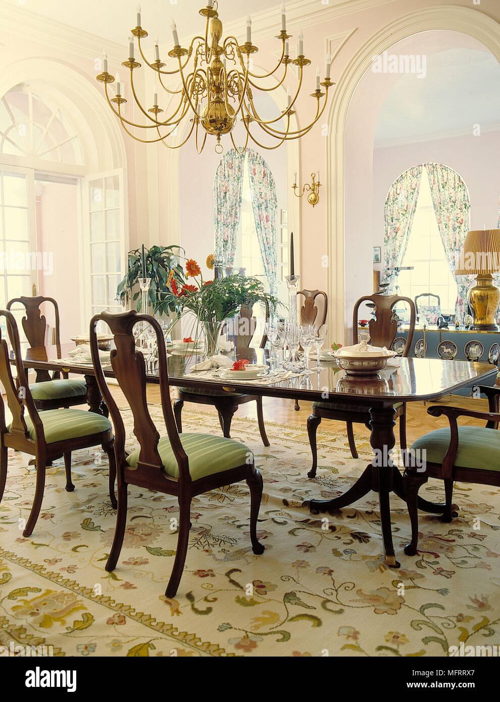 Plus De Lustre Table A Manger En Bois Et Des Chaises Dans La Salle Cossue Photo Stock Alamy