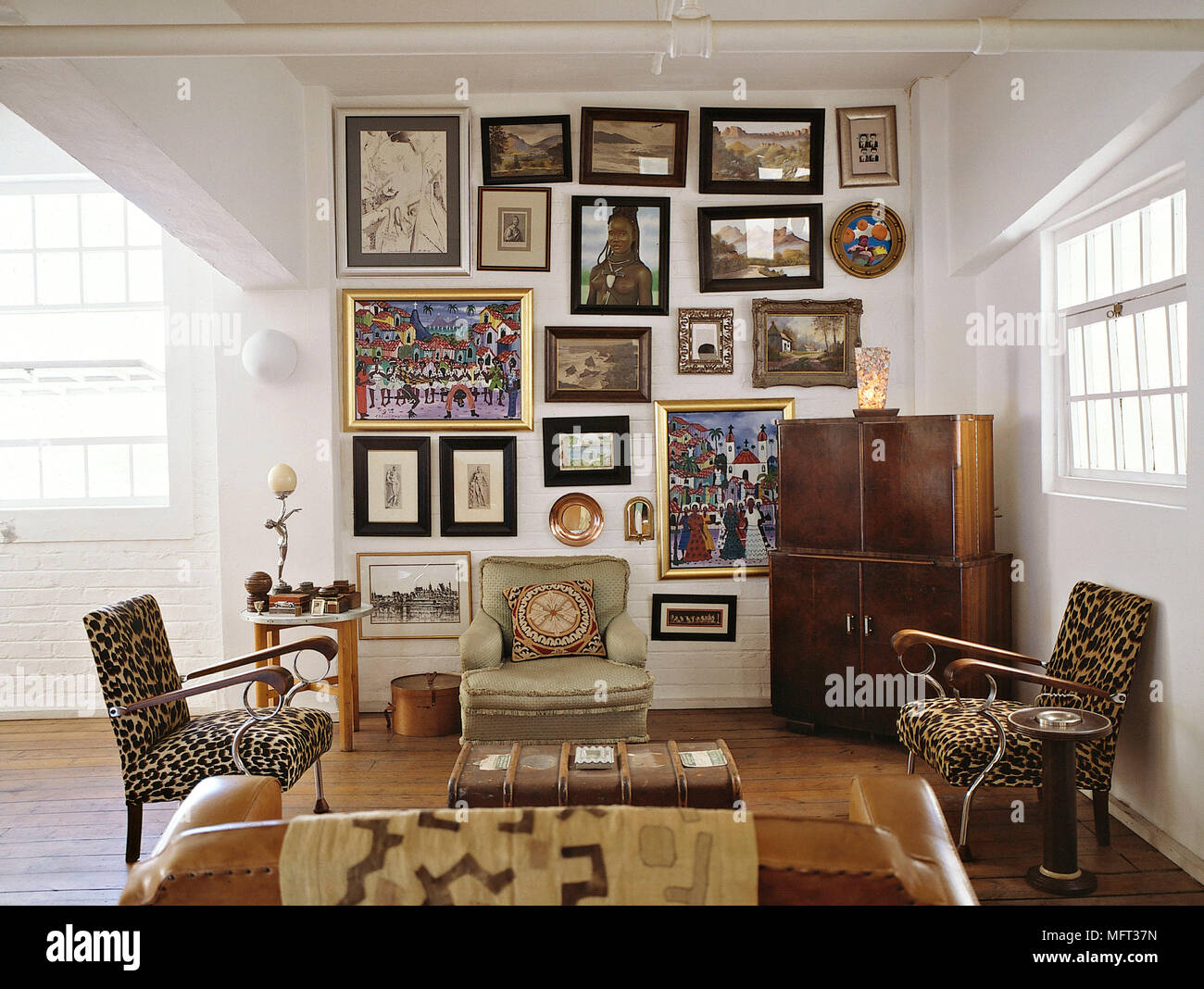 https www alamyimages fr salon moderne fauteuils capitonnes en cuir canape tissu imprime animal cabinet interieurs chambres influence africaine styles ethniques image181852937 html