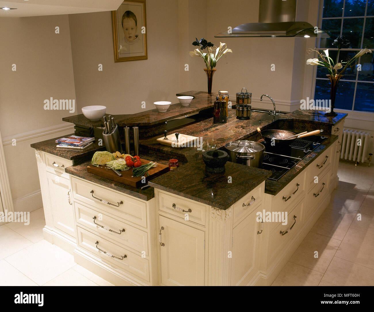 https www alamyimages fr cuisine avec ilot central laque blanc avec plan de travail en granit image181855089 html
