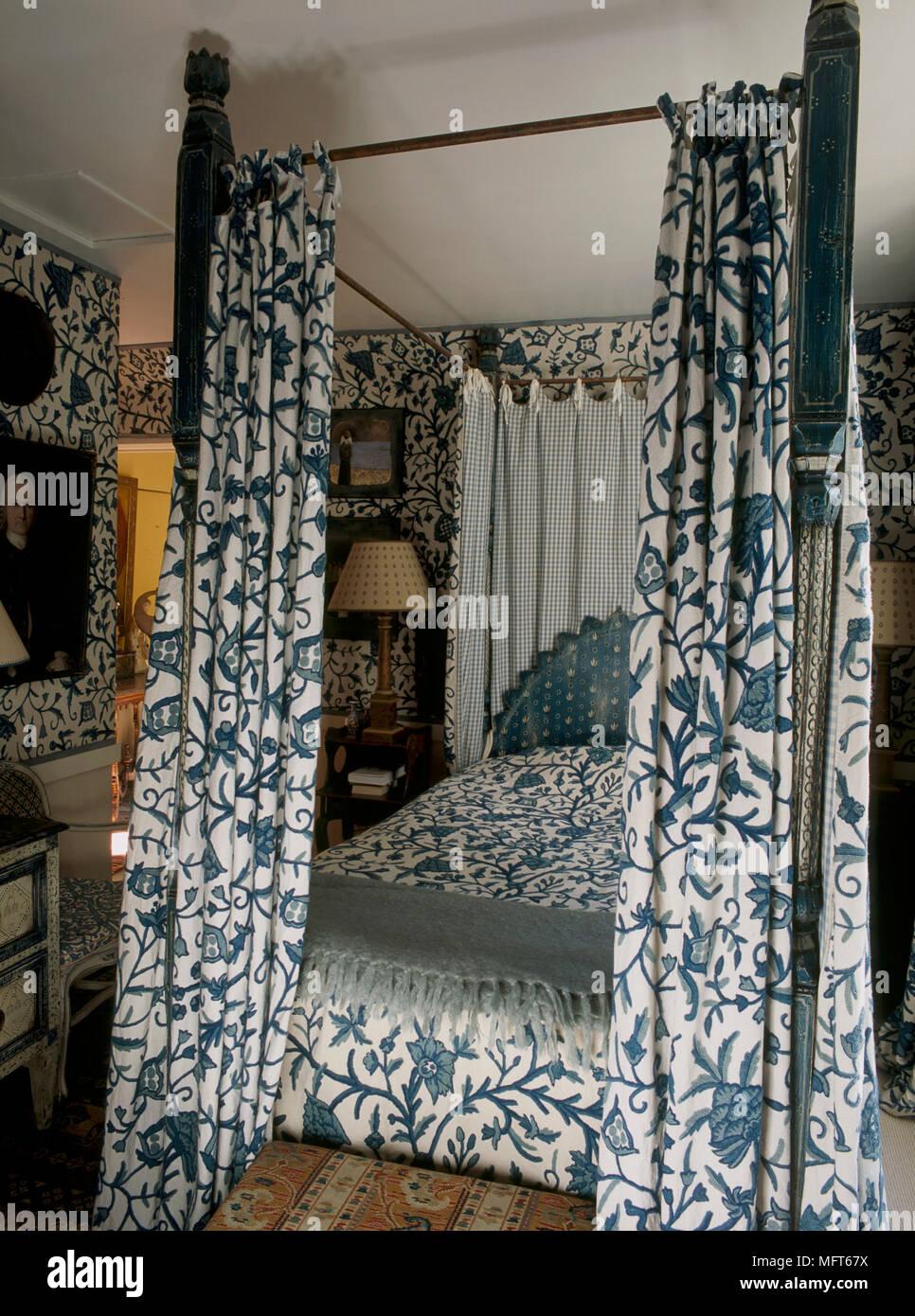 https www alamyimages fr chambre bleue avec papier peint motif et coordonnee sur le couvre lit a baldaquin avec des rideaux image181855294 html