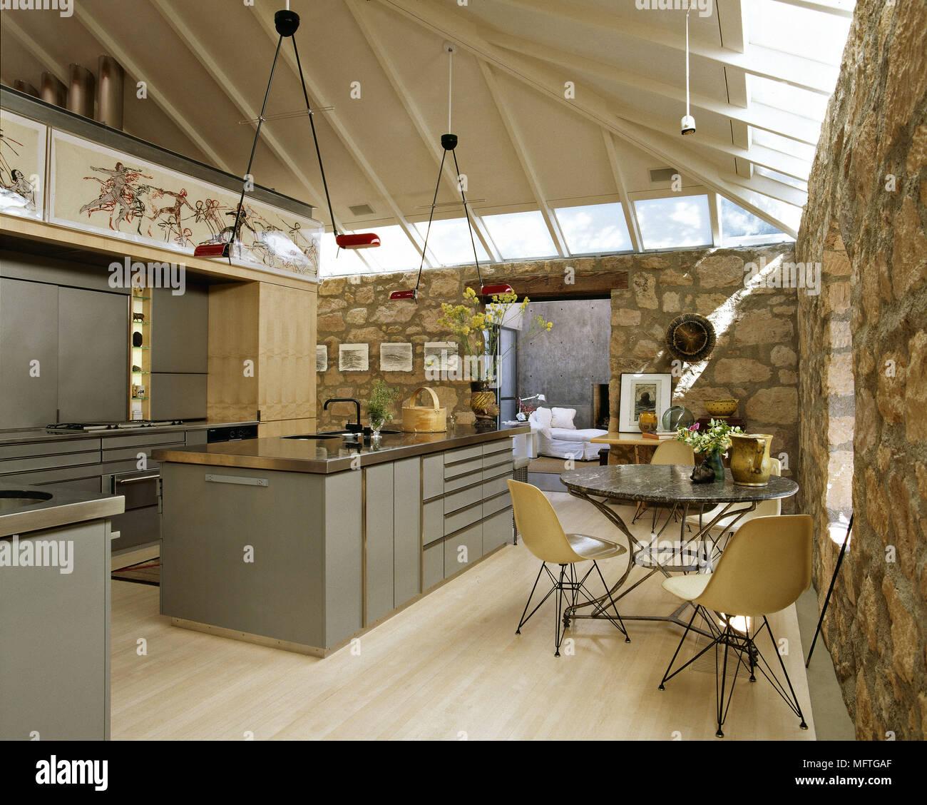 https www alamyimages fr cuisine ouverte moderne et salle a manger avec ilot central et des murs en pierre apparente image181863207 html