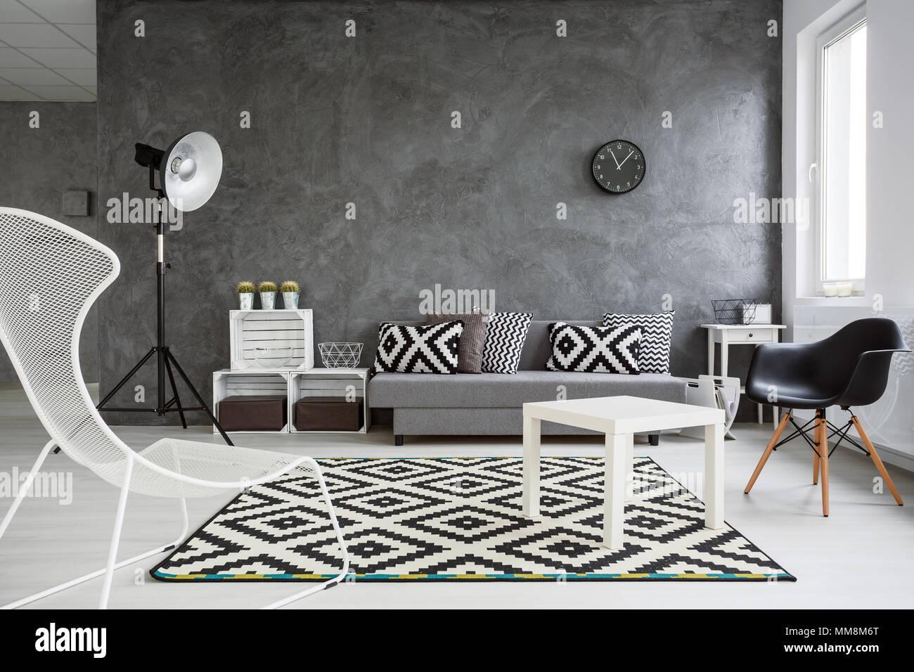 https www alamyimages fr salon spacieux decore avec style les murs gris plancher en bois blanc et blanc et noir decorations image184588288 html