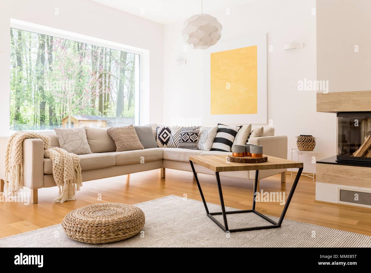 https www alamyimages fr table basse en bois et blanc canape confortable dans le salon moderne de image184712916 html