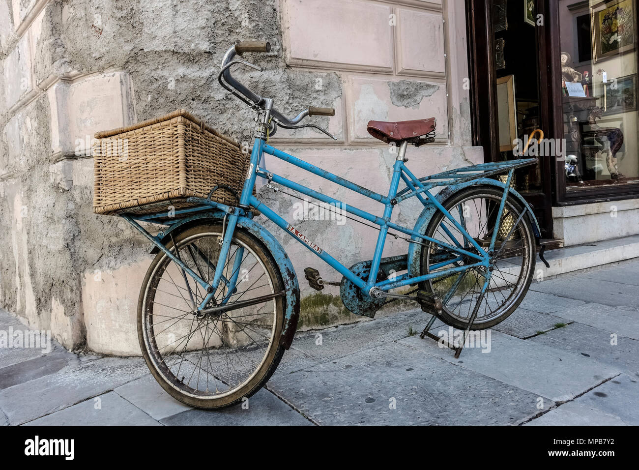 https www alamyimages fr vieux velo bleu clair avec panier de livraison gare devant un magasin gorizia italie europe union europeenne ue image185873830 html