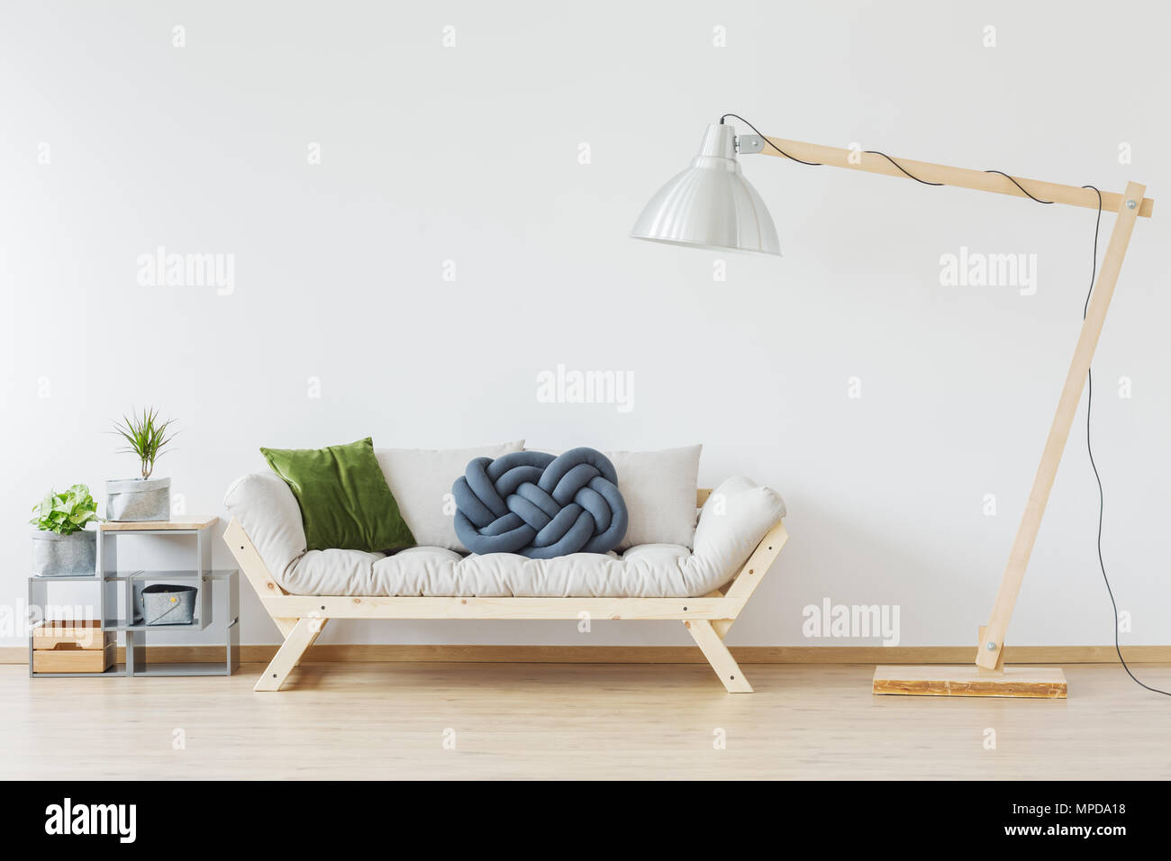 https www alamyimages fr elegant canape en bois moderne en appartement nordique image185919364 html