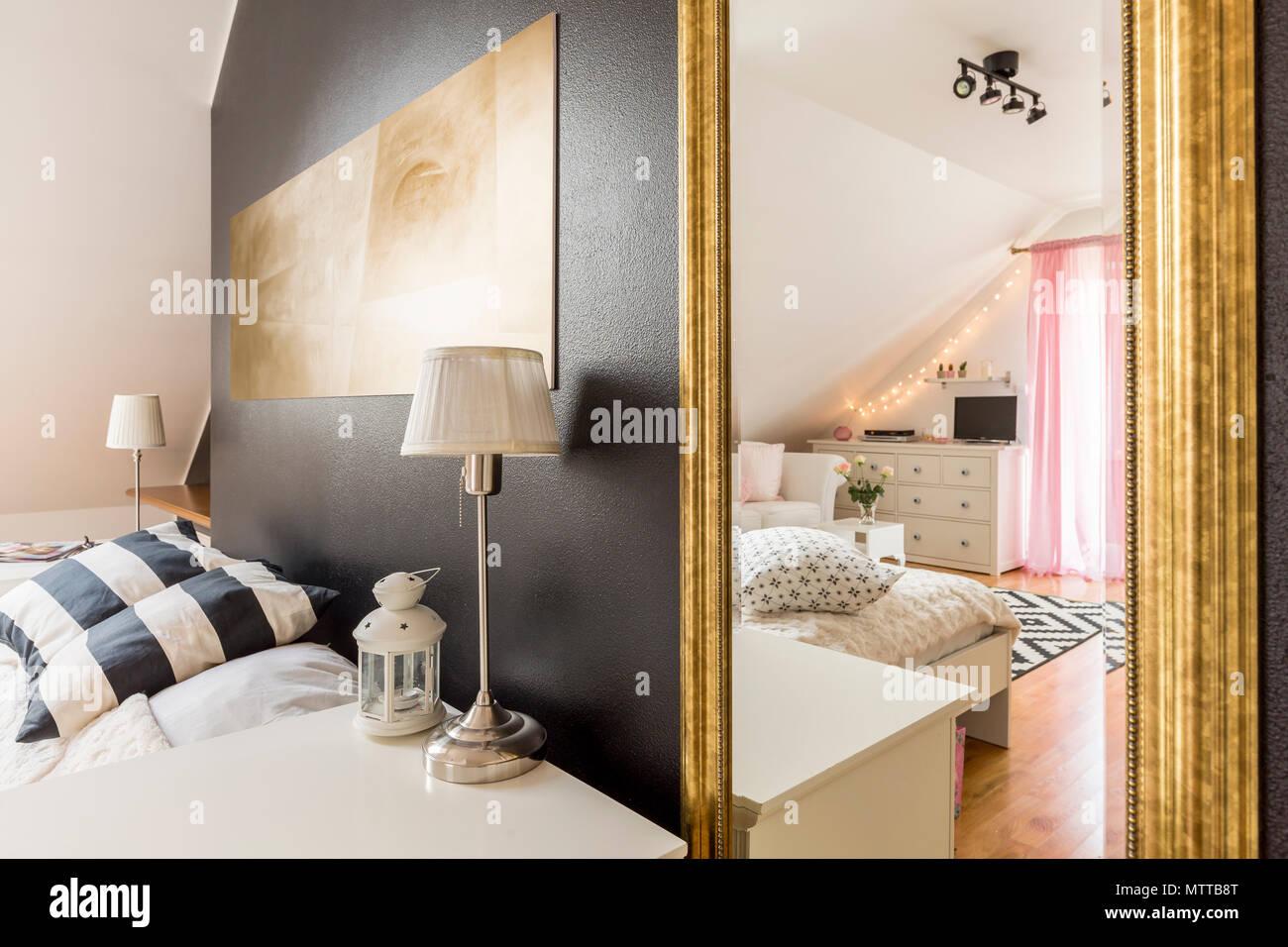 nouvelle chambre avec mur noir transparent ouvert a une chambre a coucher spacieuse lumineuse avec des meubles blancs