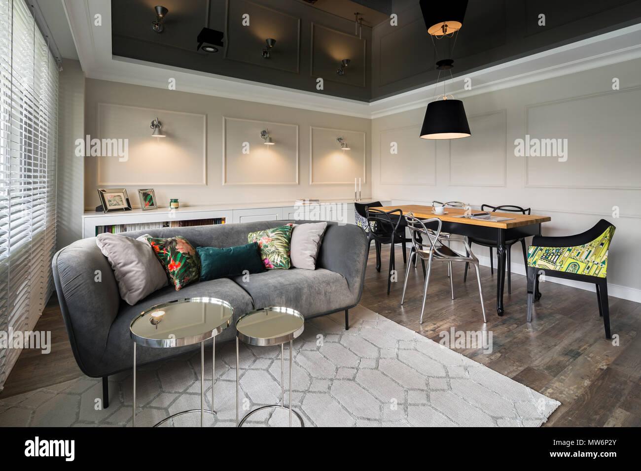 https www alamyimages fr salon avec canape gris beige murs et plafond tendu noir image187619123 html