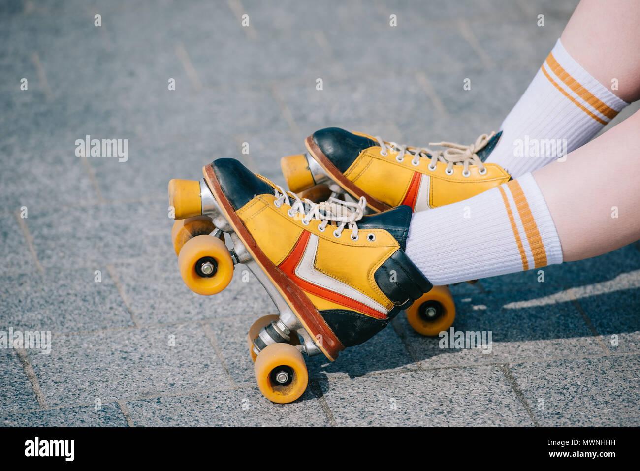https www alamyimages fr close up vue partielle des jambes en patins a roulettes vintage image187944893 html