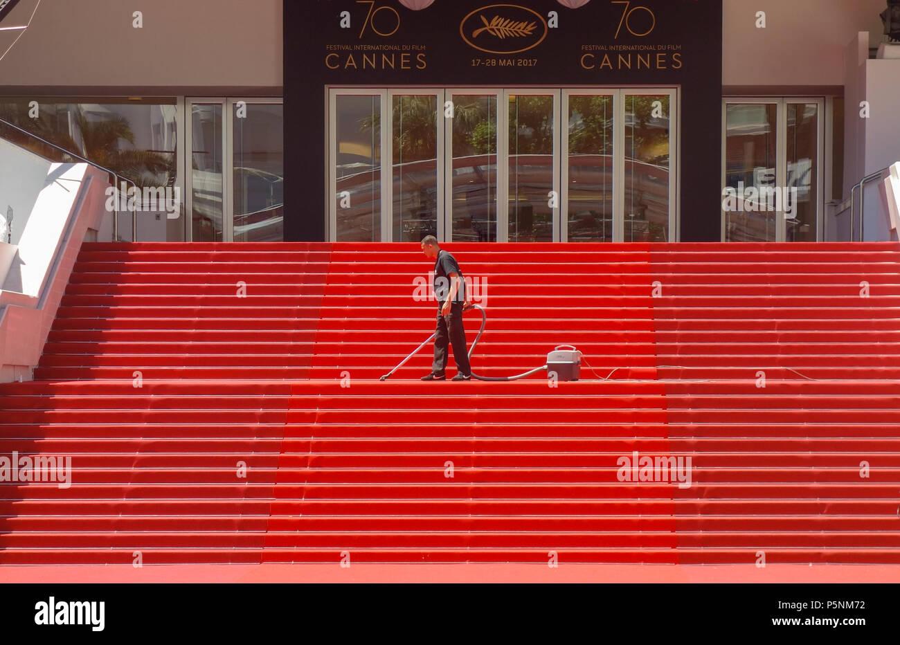 https www alamyimages fr cannes france 19 mai 2017 un homme de vide l emblematique tapis rouge pas d avance de festivites au festival de cannes image210074566 html