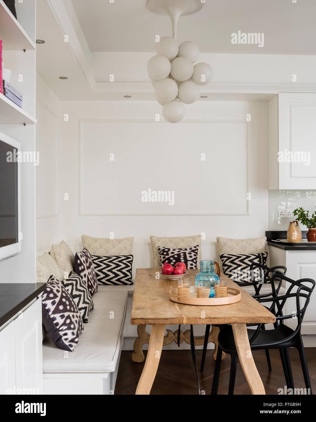 https www alamyimages fr table rustique dans une cuisine moderne image211187133 html