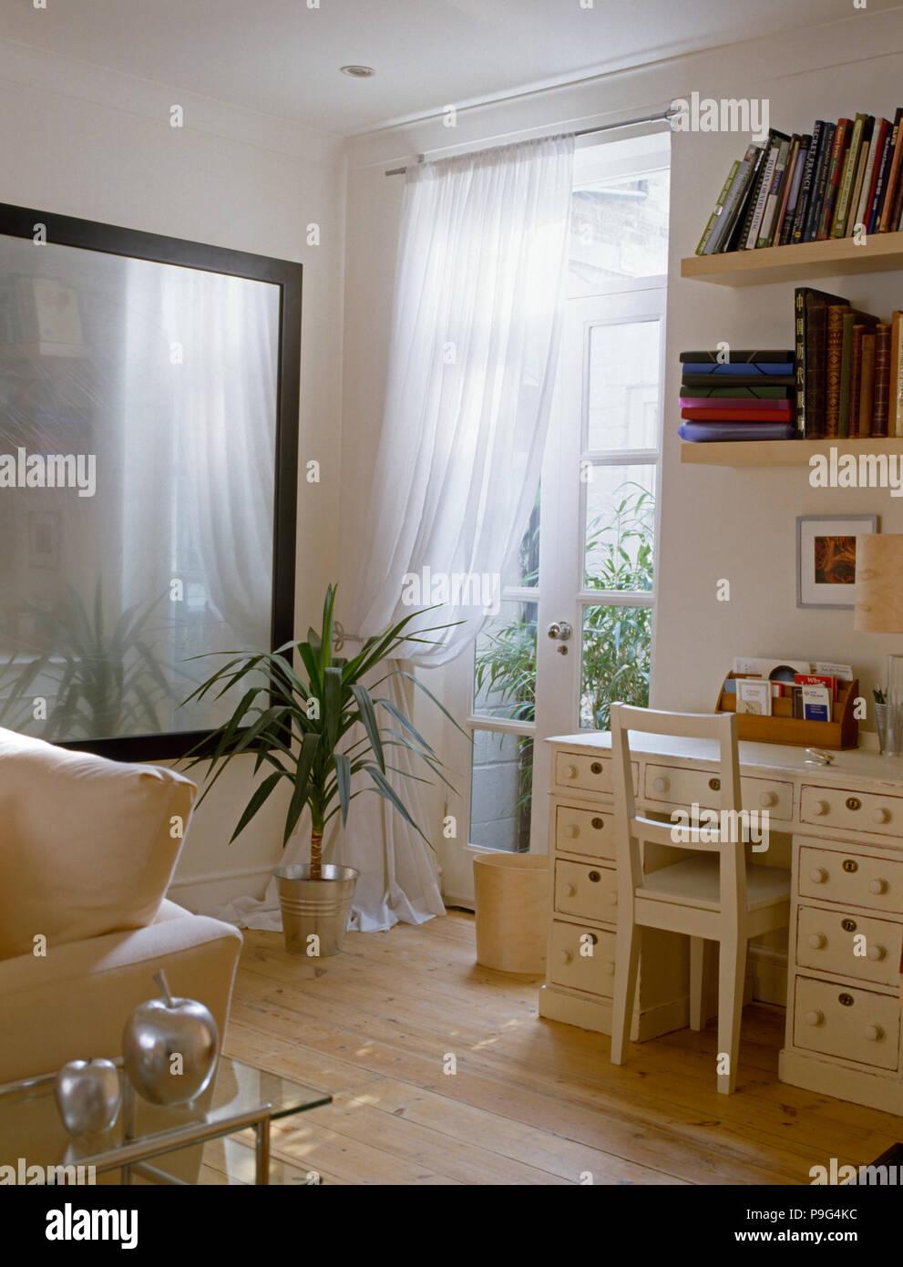 https www alamyimages fr tall plante a cote d un grand miroir et portes fenetres avec rideaux en voile blanc zone d etude de salon image212411232 html