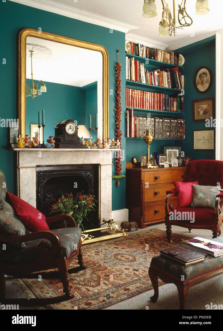 https www alamyimages fr grand miroir dore au dessus de la cheminee de marbre vert dans townhosue salon avec etageres et meubles anciens image212411875 html