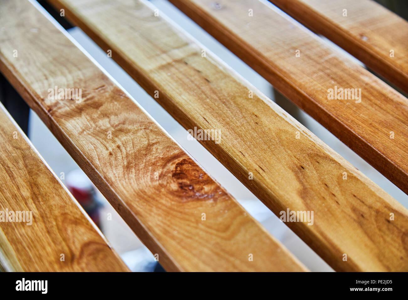 https www alamyimages fr le bois de bouleau verni nouveau lattes pour un banc exterieur avec une faible profondeur de champ image215187985 html