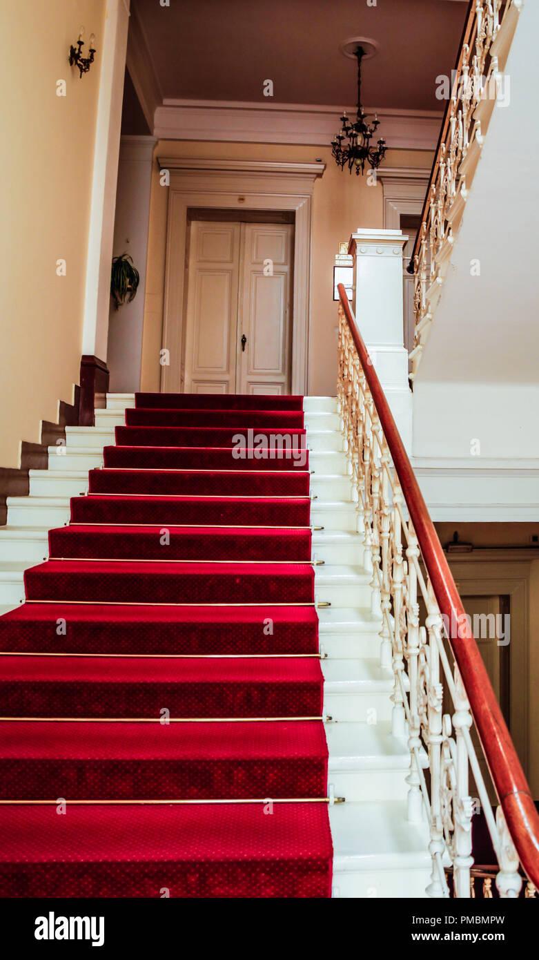 https www alamyimages fr le grand escalier avec tapis rouge a l hotel imperial a opatija croatie une fois qu une destination de voyage glamour image219075329 html
