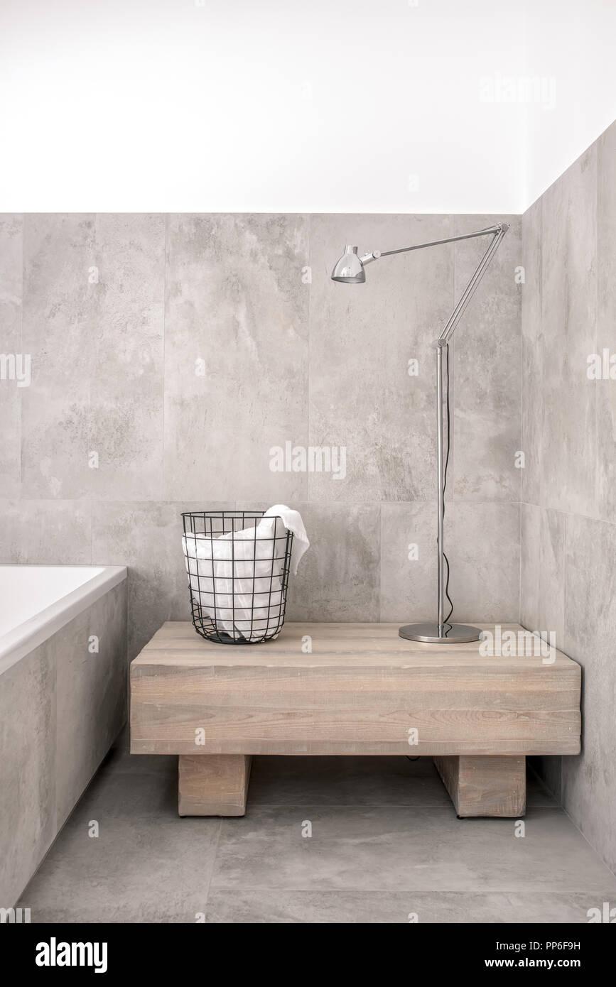 salle de bain moderne grise avec baignoire