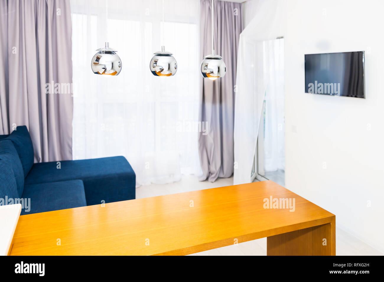 https www alamyimages fr orange moderne en bois table de cuisine en petit appartement studio tabouret de bar design interieur compteur et personne sur canape bleu en recept avec a la maison de minimaliste image233537993 html