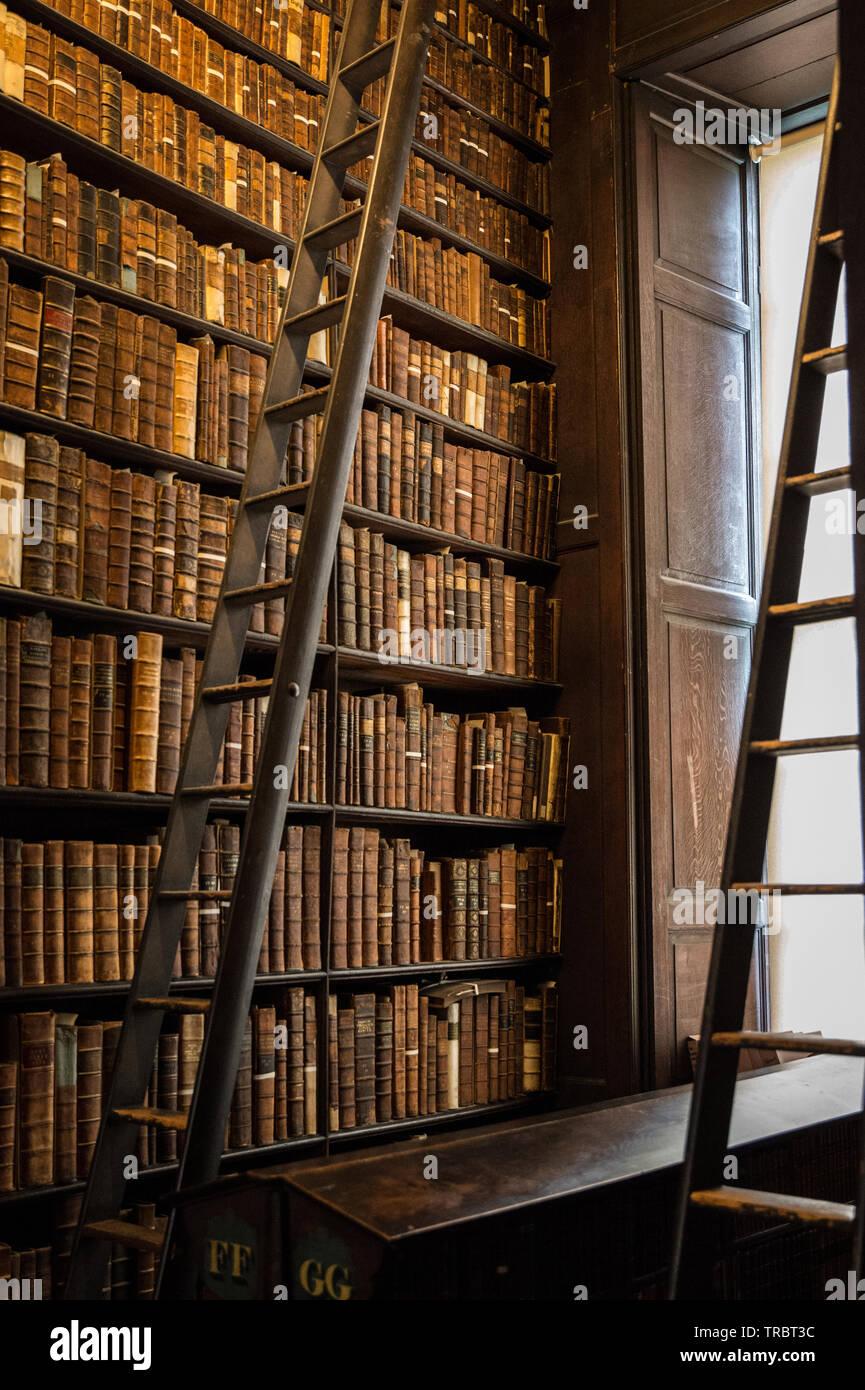 https www alamyimages fr la chambre principale de l ancienne bibliotheque est le prix a pres de 65 metres de longueur il est rempli de 200 000 de la bibliotheque des livres et la plus ancienne est l une des plus impressionnantes bibliotheques dans le monde lors de sa construction entre 1712 et 1732 il avait un plafond de platre a plat et de rayonnages pour les livres etait en bas uniquement avec une galerie ouverte dans les annees 1850 ces etageres etaient devenus completement plein surtout que depuis 1801 la bibliotheque avait ete donne le droit de demander une copie de tous les livres publies en grande bretagne et d irlande image255342624 html