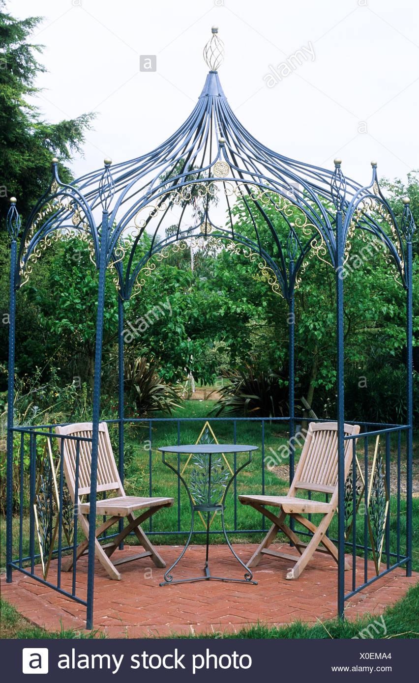 tonnelle pergola fer forge mobilier de jardin coin salon pavee couverts de table