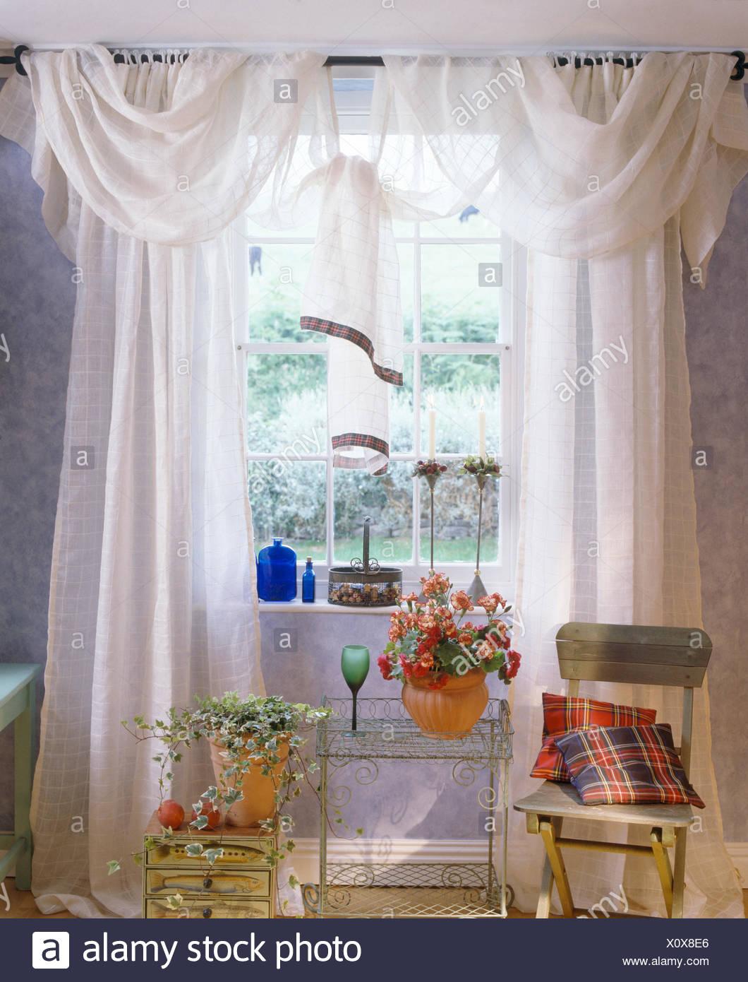 https www alamyimages fr rideaux voile blanc sur la petite fenetre au dessus du treillis metallique table et chaise en bois peint cottage salle a manger image275943310 html