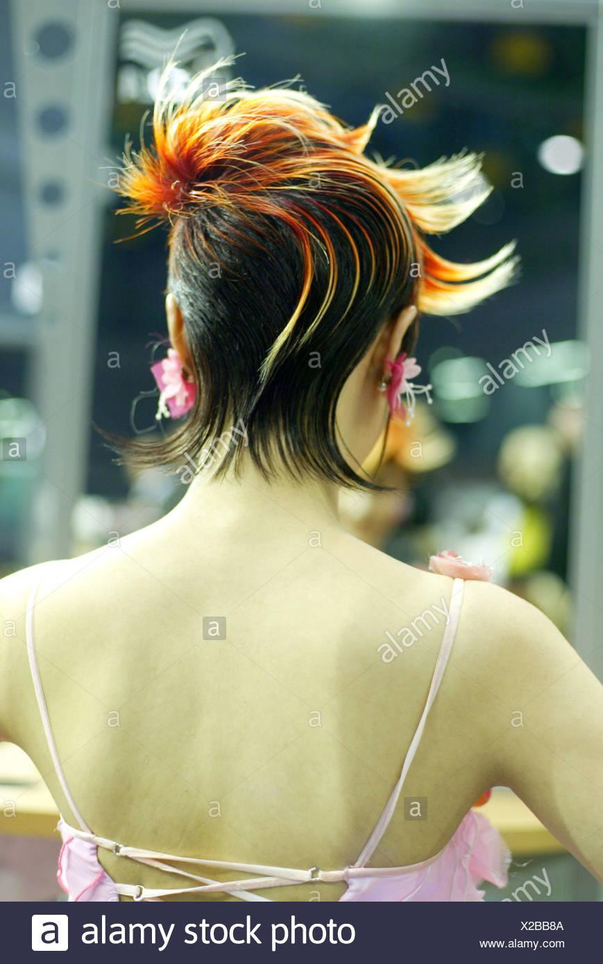 https www alamyimages fr femme jeune cheveux courts coiffure frivole vue arriere modele modele de cheveux coiffure stylisme elegamment couleur cheveux multicolore a la mode effronte exceptionnellement hairstyle mode de vie l edition la coupe de cheveux asymetrisch image276845530 html