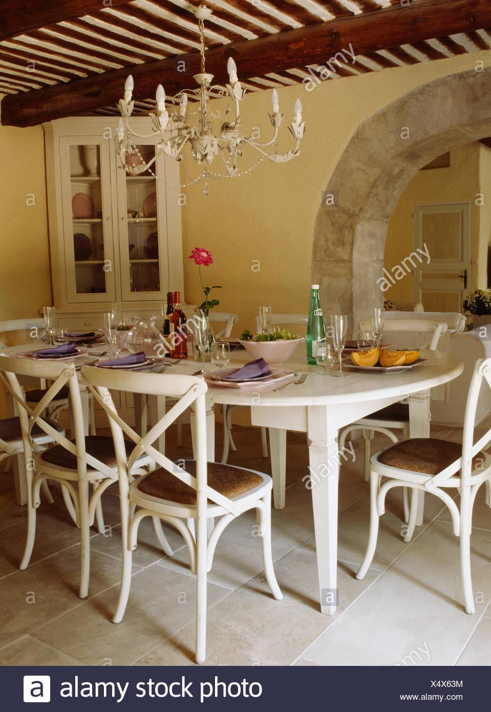 creme simple chandelier en metal peint creme chaises et table de salle a manger pays francais