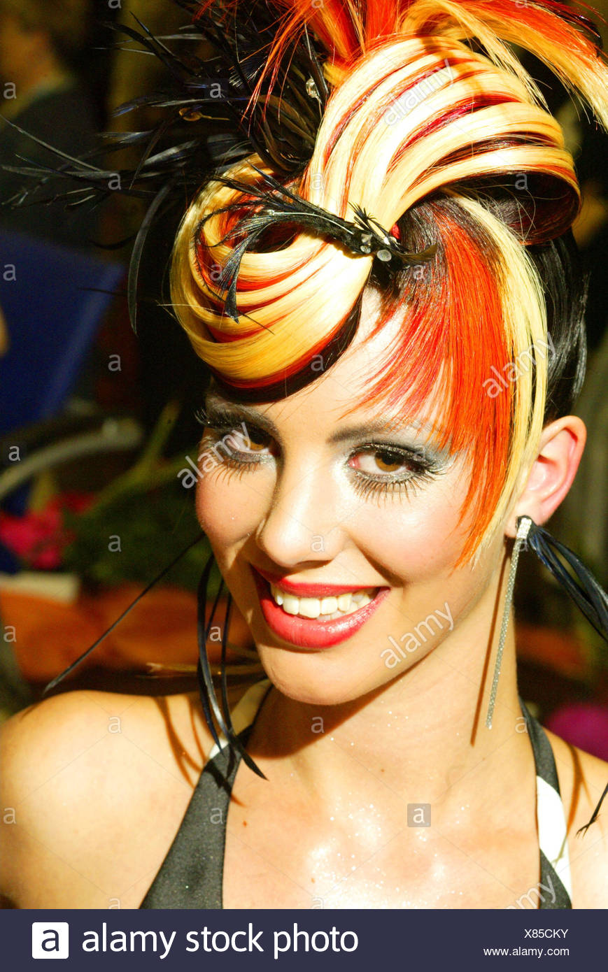 https www alamyimages fr femme jeune haute coiffure frivole portrait portrait de femmes de 20 a 30 ans le modele le modele de cheveux coiffure stylisme elegamment couleur cheveux multicolore a la mode chauds exceptionnellement extremement sauvagement extravagante coiffure mode de vie l edition haircu image280402863 html