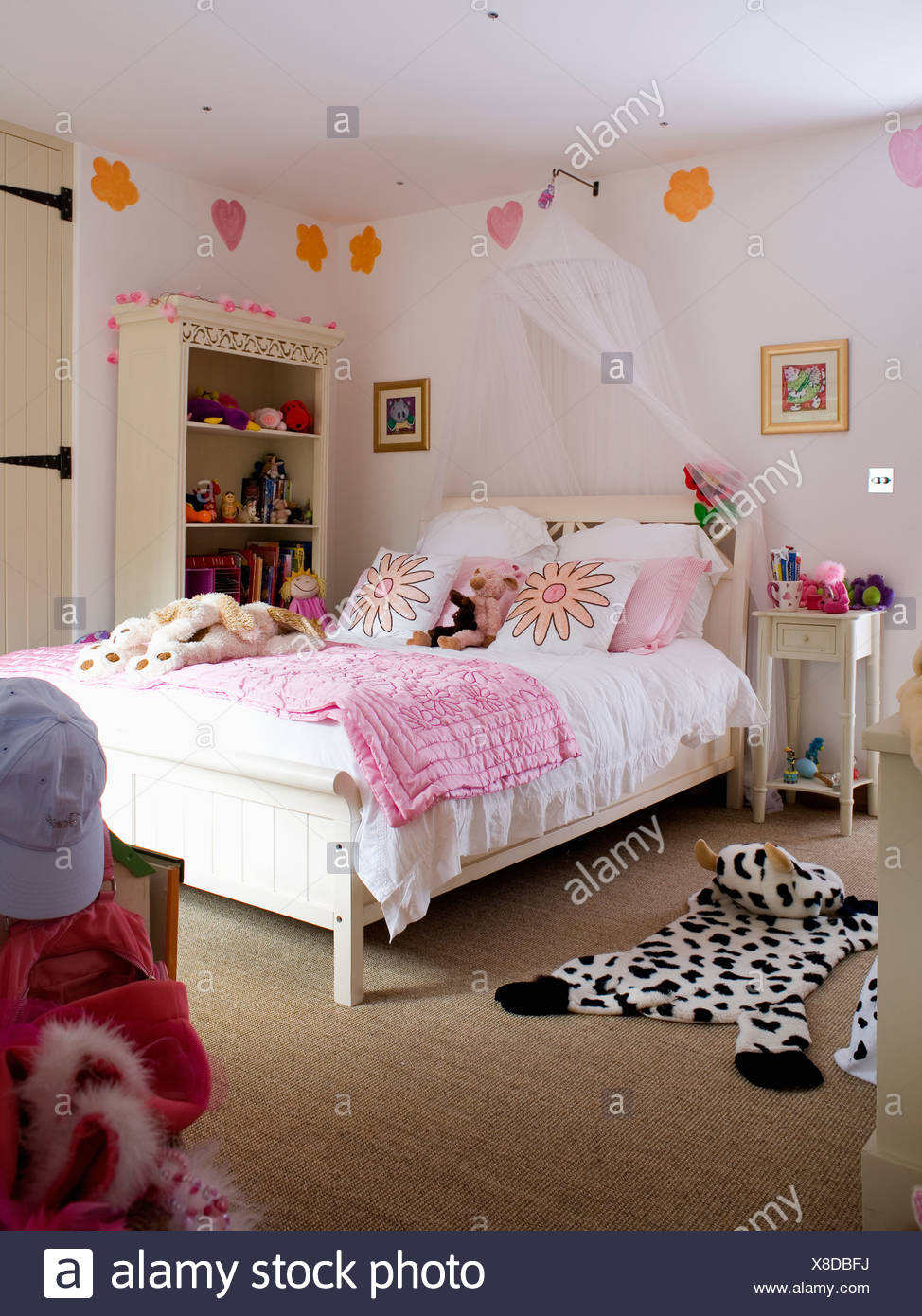 https www alamyimages fr rideaux voile blanc au dessus de lit avec couette rose dans la chambre de jeune fille avec des tapis leopardskin sur tapis beige image280577574 html