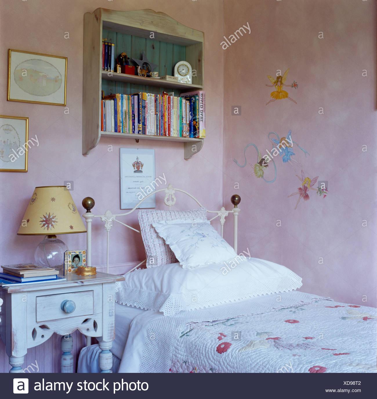 https www alamyimages fr petites etageres mural au dessus de lit en fer forge blanc enfant en chambre rose avec des fees peintes sur les murs image283560930 html