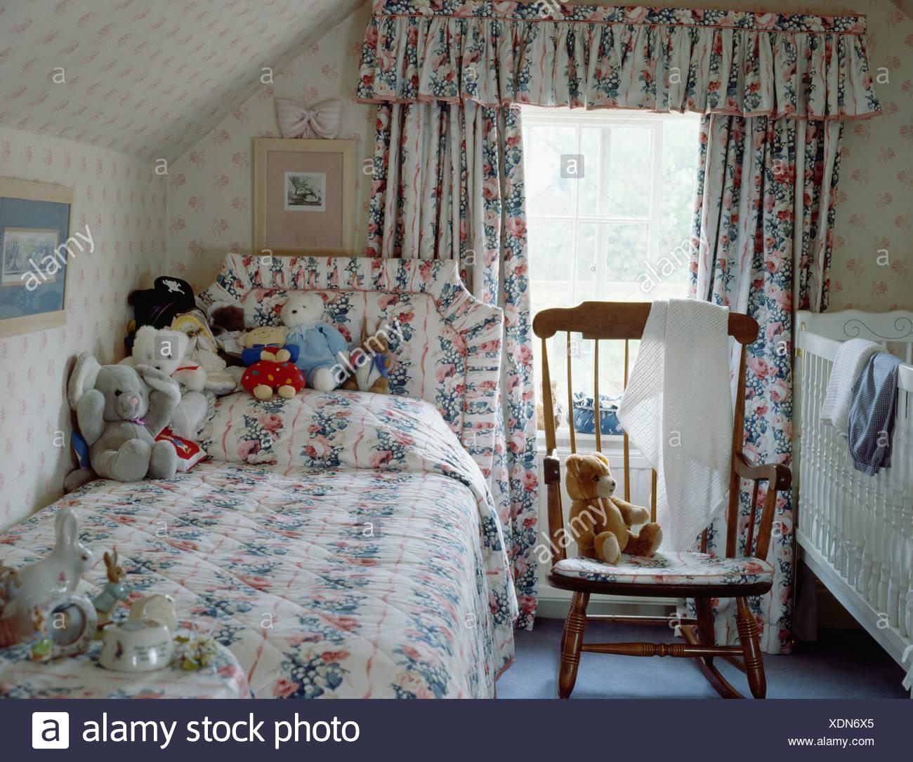 https www alamyimages fr le linge de lit a motifs fleuris et des rideaux assortis childs chambre mansardee avec lit bebe et lit simple image283822845 html