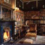 Vieux Fauteuil En Cuir Use A Cote De Cheminee Dans La Bibliotheque De La Maison De Pays Avec Des Baies Etageres Photo Stock Alamy