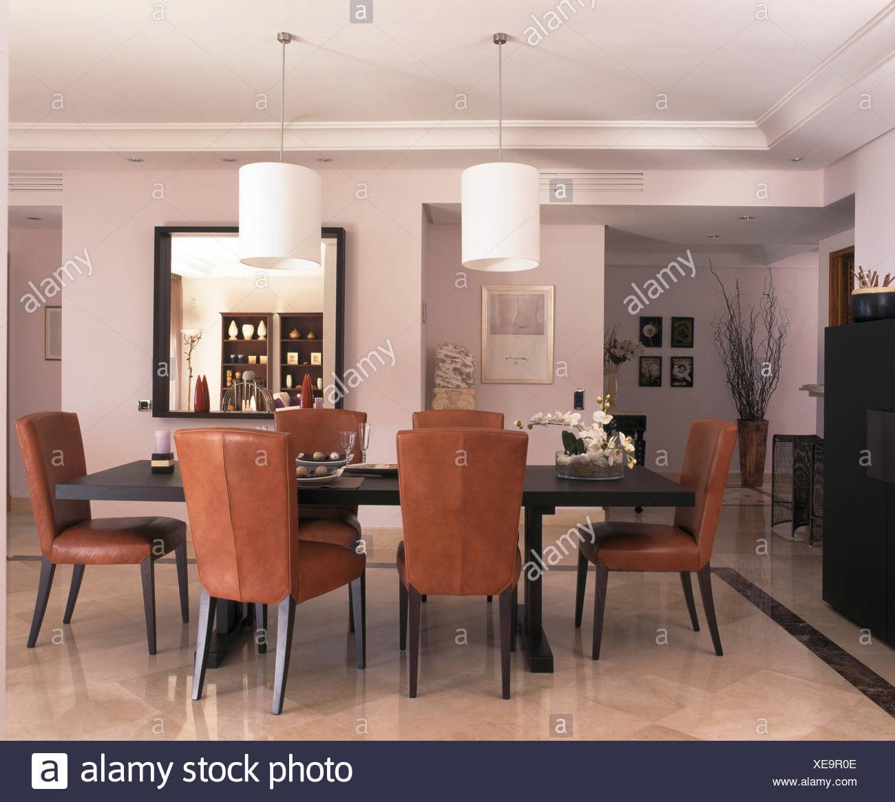 https www alamyimages fr chaises en cuir marron a table dans la salle a manger de l espagnol moderne villa image284186686 html