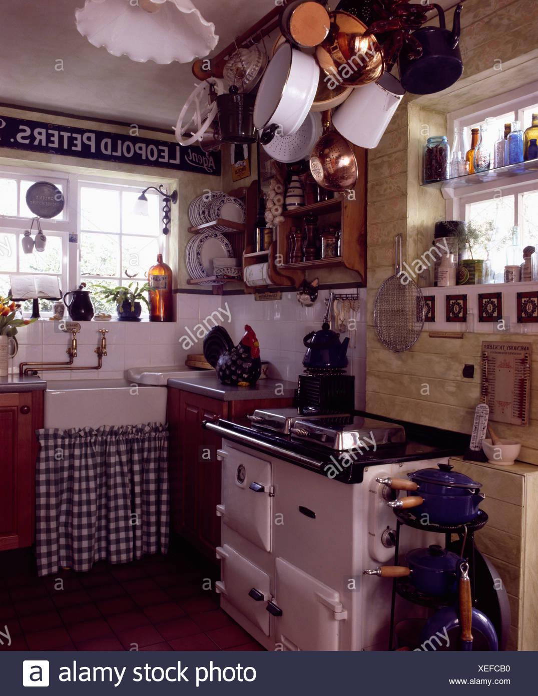 https www alamyimages fr aga blanc en chalet cuisine avec rideau de verifier sous evier image284310068 html