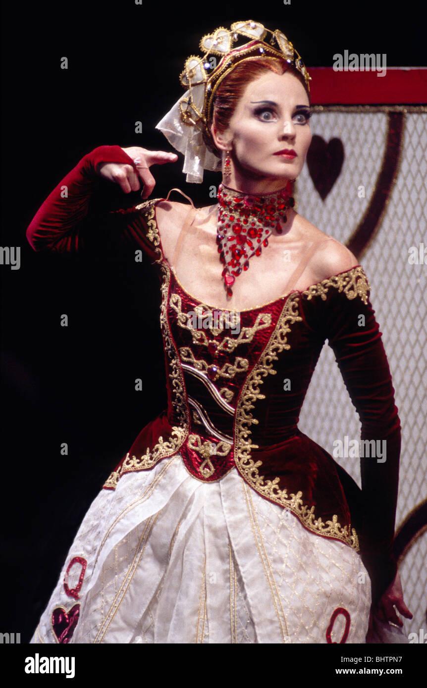 Lisa Pavane Come La Regina Di Cuori In Derek Deane La