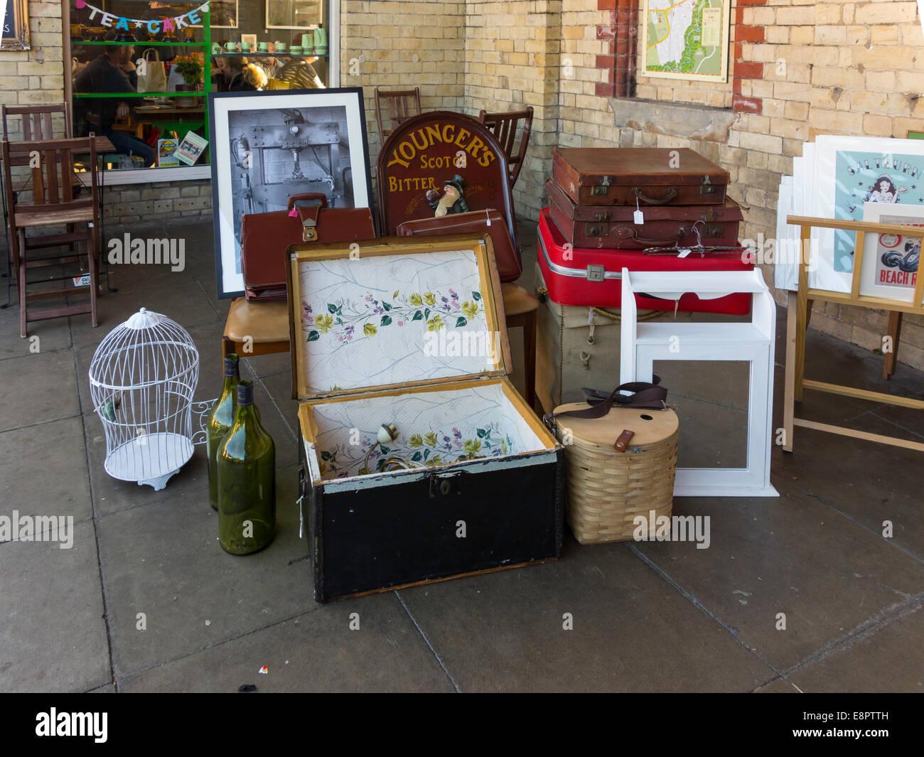 Una Collezione Di Storiche Di Bagagli E Oggetti Per La Casa