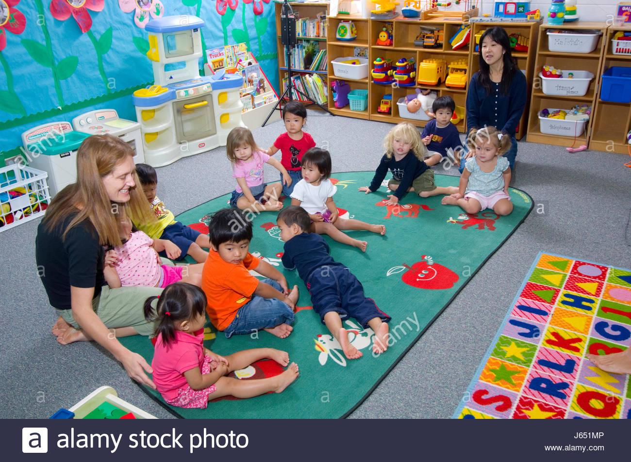 I Bambini Si Sono Riuniti Per Tempo Cerchio Come Parte Della Routine Presso Un Privato In Eta