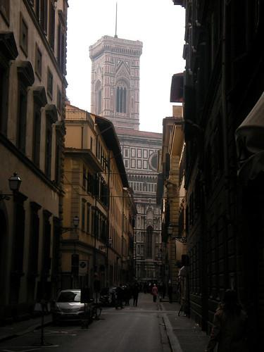 Campanile de Giotto desde calles aledañas. ViajerosAlBlog.com.