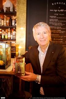 CEO Bernard Filliers laat met trots de Sunken Still Belgian Rye whisky zien.