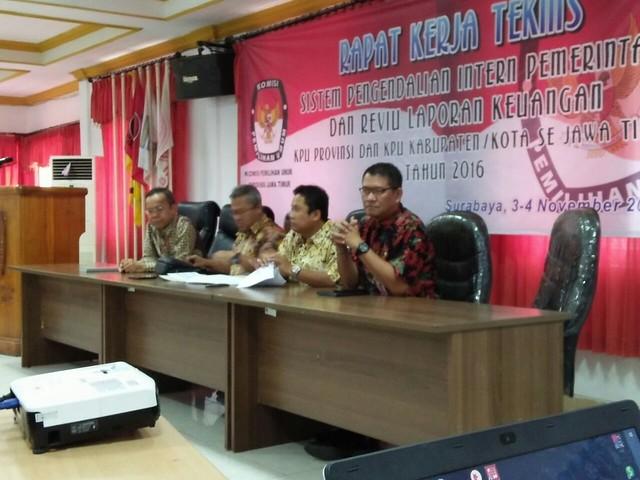 Komisioner KPU RI Arief Budiman saat memberikan materi pada Rakernis SPIP & LK di Surabaya (4/11)