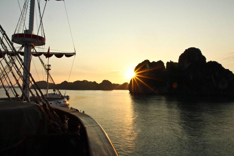 沙恩在我们的游艇上有一艘游艇,但是我们的游艇,但是,每艘船都有一艘游艇,我们看到了三个月的海景湾!