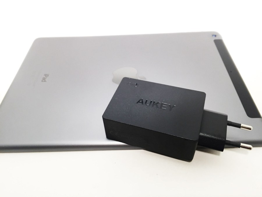 Chargeur AUKEY 3 USB PA-U35 posé sur un iPad Air 4G