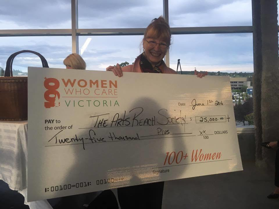 Marina Roggeveen receives a $25,000+ cheque on behalf of artsREACH from 100+ Women Who Care Victoria.