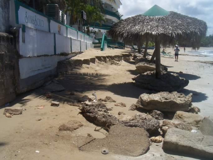 La playa Sans Souci den 2013 con una erosion que no dejo playa