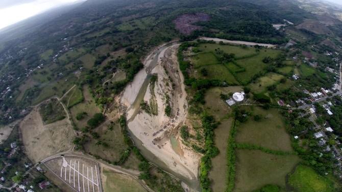 El rio VEragua donde se extrae el material y a la derecha, se ve el nuevo cementerio instalado al lado del rio. La pregunta es como un ayuyntamiento aprueba un cementerio al lado de un rio?